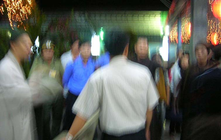 Security Police push back Buddhist monk Thich Thien Minh (Ho Chi Minh City station) – Photo IBIB