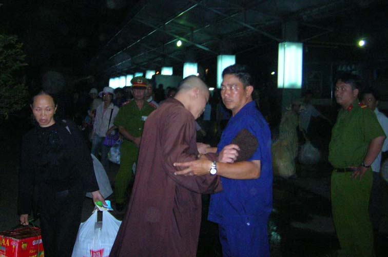 Security agent in plain clothes prevents Buddhist monk from following Thich Quang Do (Ho Chi Minh City station) – Photo IBIB