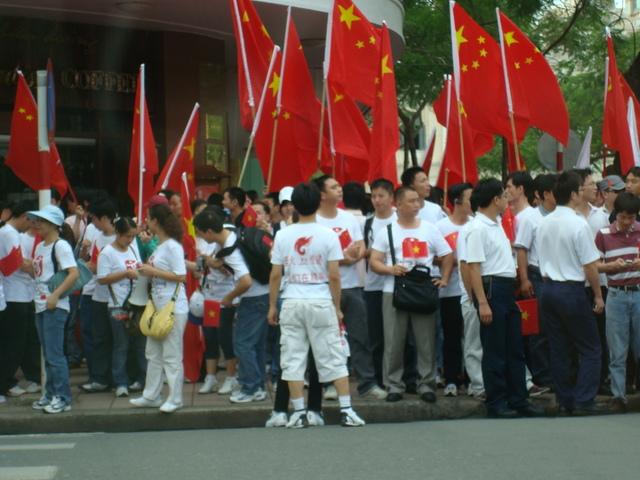 Thanh niên Trung quốc sơn cờ đỏ lên thành phố Saigon, trong khi thanh niên Việt bị cấm cản ra đường biểu tình bảo vệ lãnh thổ