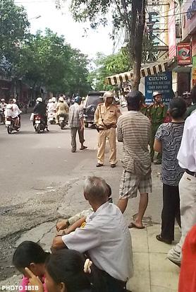 Công an đứng trước đường hẽm vào chùa Giác Minh ngăn cấm mọi Phật tử vào tham dự Đại lễ Phật Đản