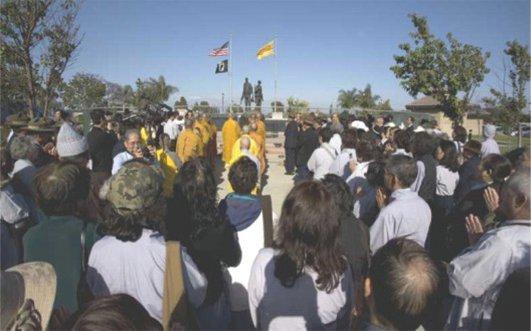 Một ngày trước lễ Phật Đản, Chư Tăng, Phật tử đến viếng và Cầu siêu trước Tượng đài Chiến sĩ Việt Mỹ