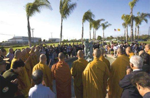 Một ngày trước lễ Phật Đản, Chư Tăng, Phật tử đến viếng và Cầu siêu trước Tượng đài Người Vượt Biển