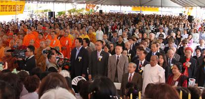 Trên 5000 Phật tử tham dự Đại lễ Phật Đản tại chùa Điều Ngự, ghế sắp không đủ ở hội trường, đồng bào phải đứng tràn khắp quanh sân chùa