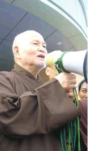 Thich Quang Do addresses farmers demonstrating in Ho Chi Minh City against power abuse and state appropriation of lands (17 July 2007)