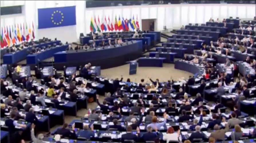 Các Đại biểu giơ tay biểu quyết Quyết Nghị hôm 9-6 tại Quốc hội Châu Âu