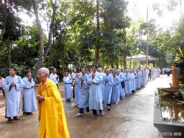 Phật tử thập phương cung nghinh chư Tôn đức Tăng Ni lên Chánh điện