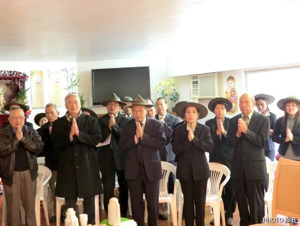 Đảnh lễ trước Linh Đài Đức Cố Phó Tăng Thống