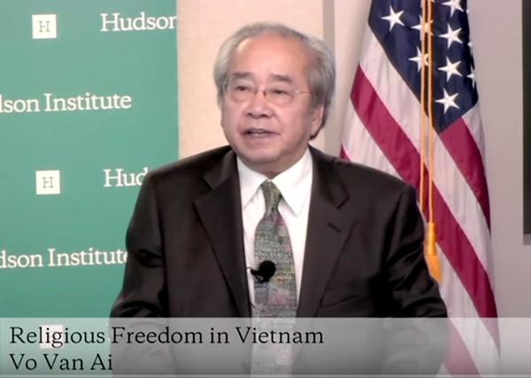 Ông Võ Văn Ái, Chủ tịch Uỷ ban Bảo vệ Quyền Làm Người Việt Nam, nói mấy lời nhận xét khai mạc cuộc Hội luận Hoa Thịnh Đốn