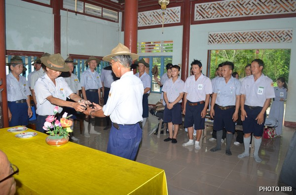 Trại trưởng Văn Tiến Nhị trao Cờ Hiệu cho Đoàn sinh Trại