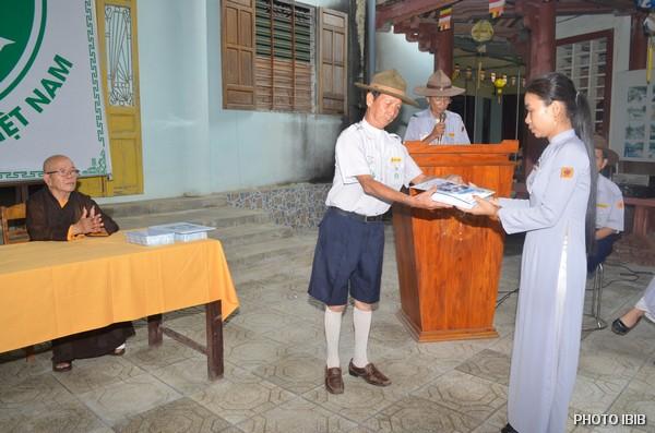 Huynh trưởng Văn Tiến Nhị, Trại trưởng, trao Giải thường về thành tích học tập cho các Trại sinh trúng cách
