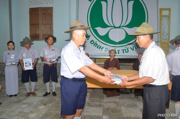 Huynh trưởng Trương Trọng Tháo, Chủ tịch Hội đồng Cấp Tấn, (bên phải) trao Giải thường về thành tích học tập cho các Trại sinh trúng cách, Trại sinh Lê Sắc là Huynh trưởng cao tuổi nhất (bên trái)