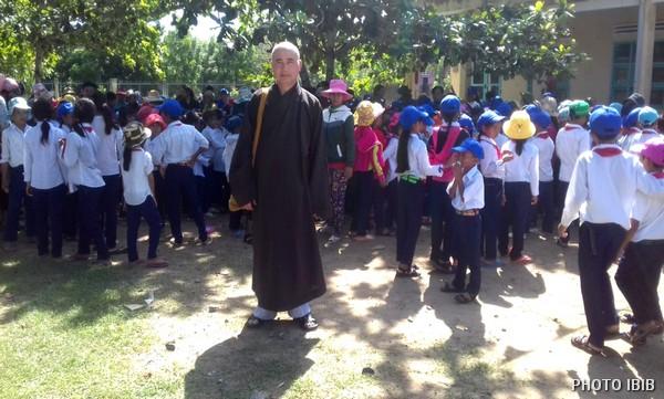 HT Thích Nguyên Lý và các em học sinh trường Tiểu Học Xã Phước Chiến
