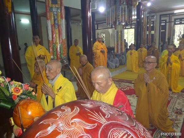 Chư Tăng Niêm hương bạch Phật