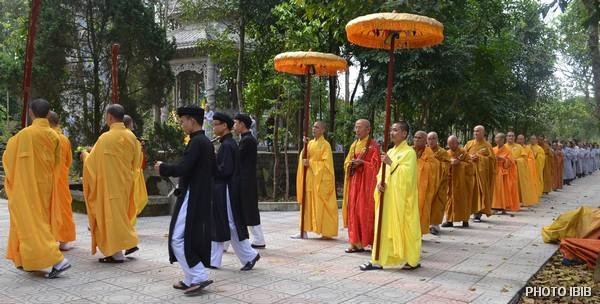 Chư Tăng và Phật tử tiến về Bảo Tháp Đức Cố Viện trưởng Thích Như Đạt