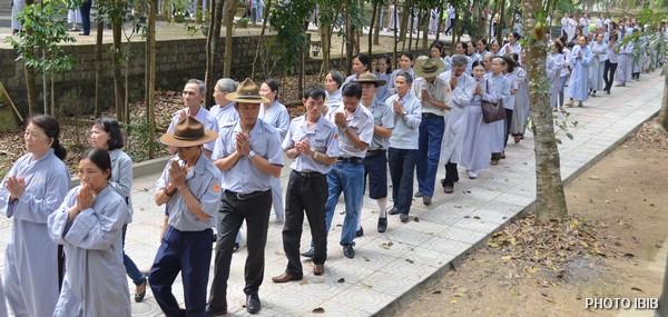 Đoàn sinh Gia Đình Phật tử theo sau chư Tăng tiến về Bảo Tháp Đức Cố Viện trưởng