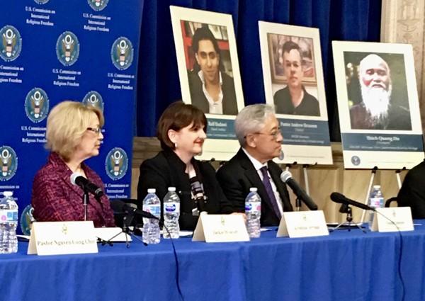 La Vice-Présidente de la USCIRF Kristina Arriaga (au centre) adopte Thích Quảng Độ comme prisonnier de conscience lors du Sommet de la USCIRF à Washington DC, le 18 avril 2018
