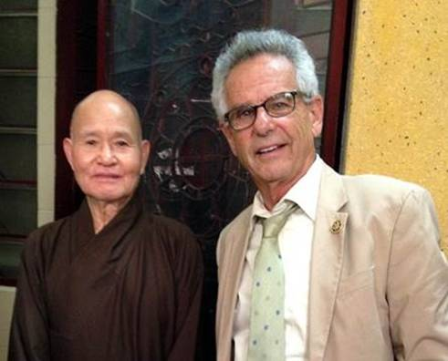 UBCV Patriarch Thích Quảng Độ and Congressman Alan Lowenthal during his visit to Vietnam in 2015