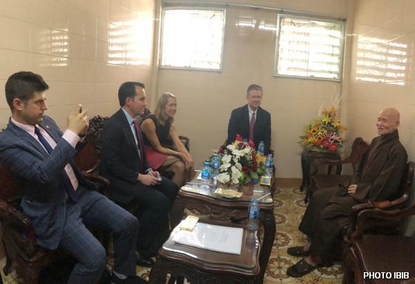 Thích Quảng Độ reçoit l'ambassadeur Kritenbrink et la délégation américaine au Monastère Zen Thanh Minh