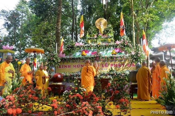 Lễ đài Khánh đản trong khuộn viên Tu viện Long Quang, Huế