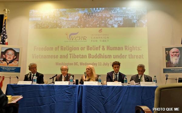 Hội luận Phần 1, các diễn giả từ trái sang phải : Tiến sĩ Tenzin Dorjee, ông Võ Văn Ái, bà Ỷ Lan (điều hợp chương trình), ông Matteo Mecacci, Dân biểu Alan Lowenthal