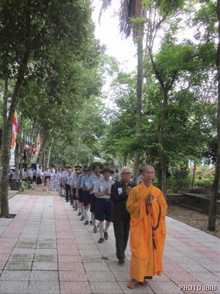 Diễu hành qua Bảo đình Ân sư Cố HT Viện trưởng Viện Hoá Đạo Thích Như Đạt – Hình IBIB