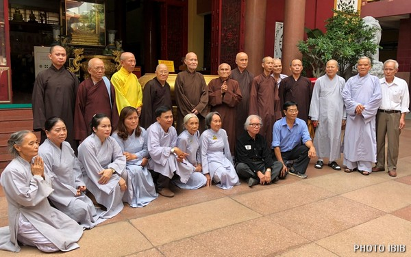 Hình lưu niệm Đức Tăng Thống và Tân Ban Chỉ đạo VHĐ dưới sân Thanh Minh Thiền Viện
