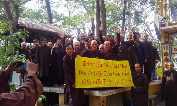 Hoa Hao Buddhists at Quang Minh Tu temple (photo from social media)