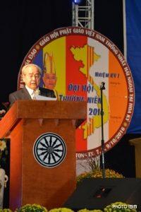 Cư sĩ Võ Văn Ái tuyên đọc Quyết Nghị 9 điểm của Đại hội tại Lễ Bế mạc