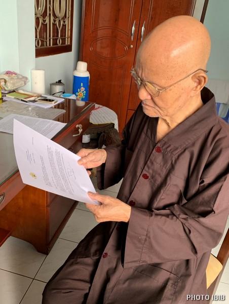 Đức Tăng Thống đọc bức thư của Đại sứ Hoa Kỳ ở Hà Nội gửi Phòng Thông tin Phật giáo Quốc tế nói lên sự quan tâm về sức khỏe và chuyến về Bắc của Đức Tăng Thống – Hình IBIB