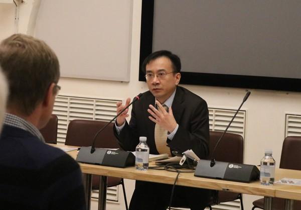 Đại diện VCHR ông Võ Trần Nhật thuyết trình tại Quốc hội Đan Mạch ở thủ đô Copenhague, hình của Dansk Missionråd