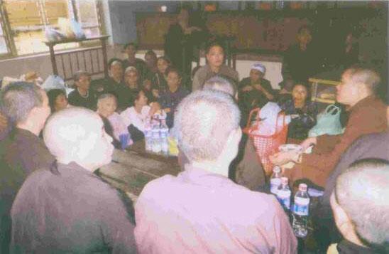 Chư Tăng và Phật tử 2 thôn Phương Quế và Vĩnh Lộc đến dự phiên toà để hậu thuẫn 8 bị cáo Phật giáo, đang cơm nắm muối vừng ăn trưa tại toà án