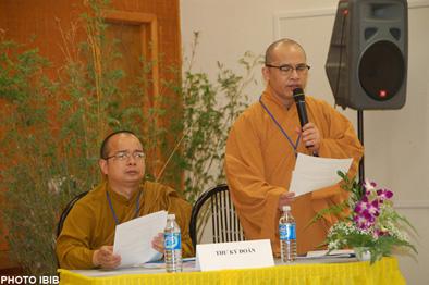 Từ trái sang phải: TT. Thích Giác Đẳng, Trưởng ban Tổ chức, TT. Thích Viên Lý trình bày nguyên tắc hướng dẫn Đại hội
