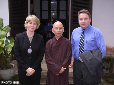 Hòa thượng Thích Thiện Hạnh ở giữa, bên phải là Dân biểu Quốc hội Hoa Kỳ Chris Smith, ảnh chụp tại chùa Báo Quốc, Huế