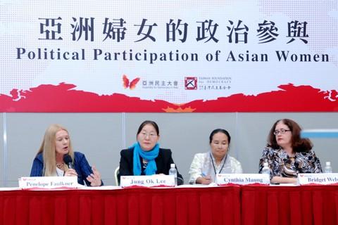"""Bà Penelope Faulkner tham luận về """"Vai trò người Phụ nữ Việt Nam trong xã hội và chính trị dưới chế độ Xã hội Chủ nghĩa"""""""