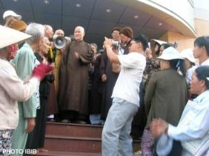 Đại lão Hòa thượng Thích Quảng Độ dẫn đầu Phái đoàn Giáo hội Phật giáo Việt Nam Thống nhất đến thăm tập thể Dân oan trước Văn phòng Quốc hội II ở Saigon tháng 7 năm 2007.
