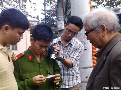 Trước cổng chùa Giác Minh, công an xét Chứng minh thư Htr Lê Công Cầu hôm 15.1.2012 - Ảnh IBIB