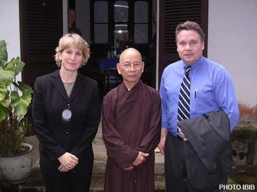 Dân biểu Quốc hội Hoa Kỳ, Chris Smith, đến chùa Bảo Quốc Huế thăm Hòa thượng Thích Thiện Hạnh - Ảnh IBIB