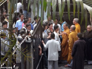Plain clothed  Security Police block the entrance to  Giac Hoa Pagoda to prevent monks taking part in demonstrations in Saigon (Photo IBIB)
