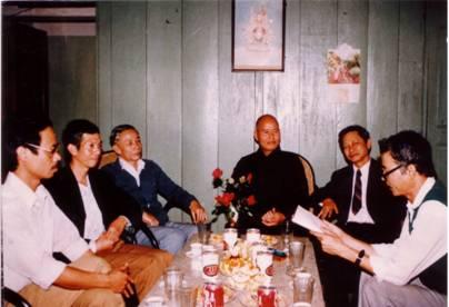 Hình chụp hồi tháng 3 năm 1990 tại Hà Nội, Đại lão Hòa thượng Thích Quảng Độ  cùng với giới nghiên cứu của Nhà nước Cộng sản, gồm các ông : Nguyễn Tương Lai, Mai Xuân Hải, Nguyễn Văn Phát, Trương Đình Nguyên, và Vũ Tá Nhí (Hình tư liệu của PTTPGQT)