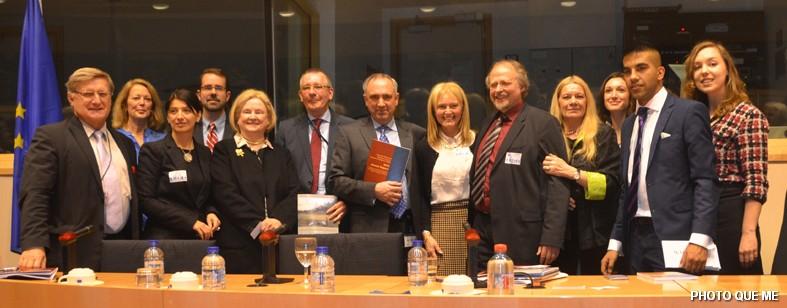 Ban Tổ chức và các thuyết trình viên chụp chung. Từ phải sang, người thứ tư là bà Ỷ Lan, Tiến sĩ Heiner Bielefeldt, bà Katrina Lantos Swett (US Commission), hai Dân biểu Quốc hội Châu Âu Peter Van Dalen và Dennis De Jong. Hình Quê Mẹ