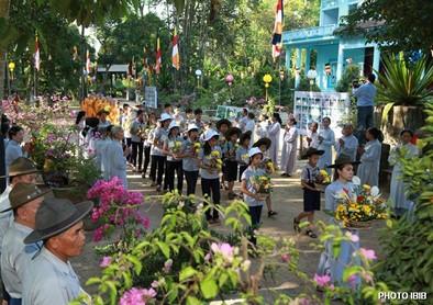 Các em Oanh vũ mang hoa đến Lễ Đài – Hình PTTPGQT
