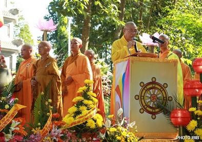 Hoà thượng Thích Chánh Niệm cung tuyên Thông bạch Phật Đản của Viện Hoá Đạo – Hình PTTPGQT