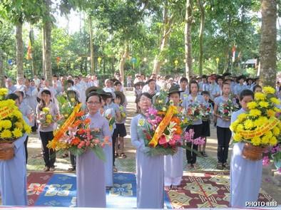 Gia Đình Phật tử Huế dâng hoa – Hình PTTPGQT