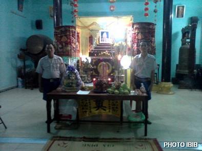 Hai Huynh trưởng Gia Đình Phật tử đêm ngày gác trước Linh đài Htr Lê Thị Tuyết Mai tại chùa Tập Thành - Hinh PTTPGQT