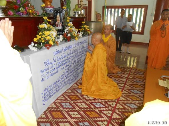 Hoà thượng Viện trưởng Viện Hoá Đạo Thích Như Đạt niêm hương trước linh đài Htr Lê Thị Tuyết Mai - Hinh PTTPGQT