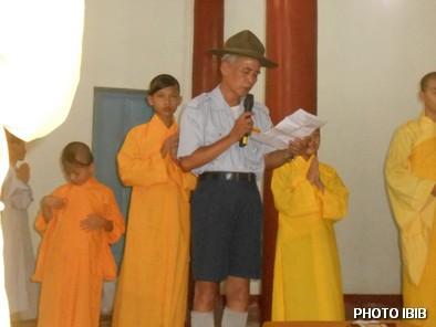 Huynh trưởng Nguyễn Tất Trực đọc Quyết định Viện Hoa Đạo truy phong Cấp Dũng cho Htr Lê Thị Tuyết Mai - Hinh PTTPGQT