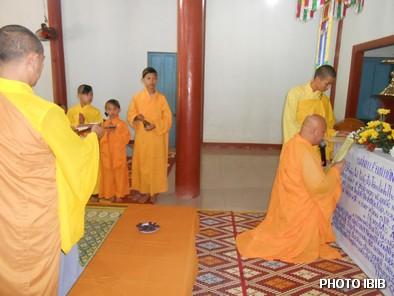 Thượng toạ Thích Minh Chánh tuyên sớ trong lễ Cầu siêu - Hinh PTTPGQT