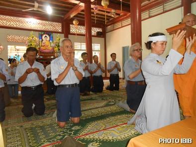 Huynh trưởng Cấp Tấn Tôn Nữ Thị Hường đại diện Ngành nữ GĐPT VN chit khăn tang và đội sớ - Hinh PTTPGQT