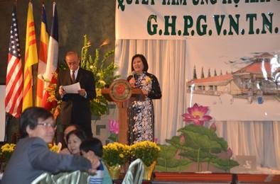 Cô Mai Đào và Đạo hữu Nguyễn Cương điều khiển cuộc Gây Quỹ và giới thiệu chương trình tại thành phố Houston hôm 7.12.2014