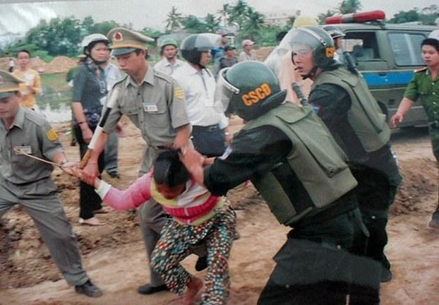 Công an, cảnh sát đặc biệt đàn áp, đánh đập các người dân oan, kể cả phụ nữ...